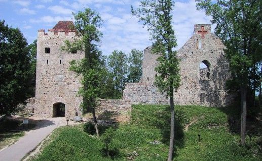 фото вида на Сигулдский замок в Латвии
