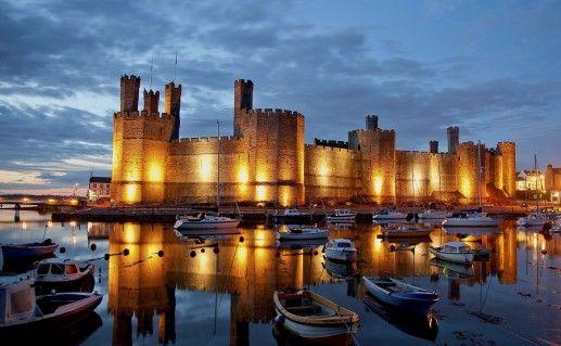 вид на замок Карнарвон в Англии фото