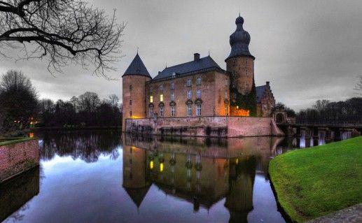 вид сбоку на баварский замок Меспельбрунн фотография
