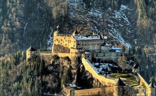 фото вида сверху на австрийский замок Хоэнверфен