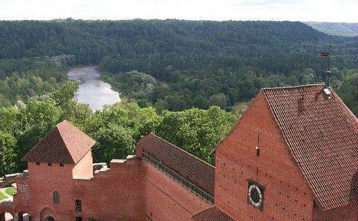 вид сверху на Турайдский замок в Латвии фото