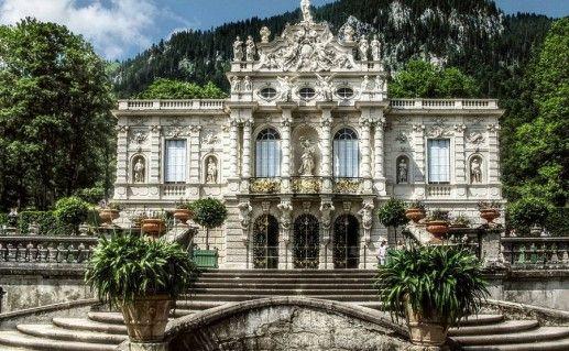 фото вида вблизи на замок Линдерхоф в Баварии
