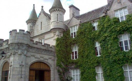 вид вблизи на шотландский замок Балморал фотография