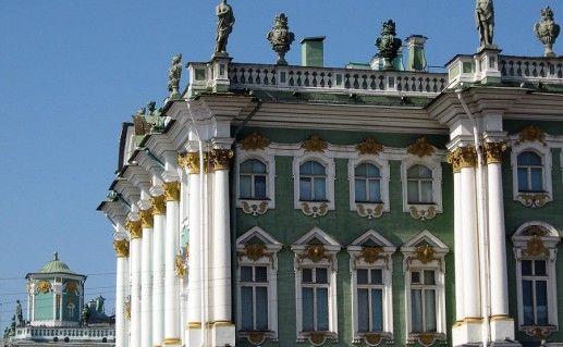 фото вида вблизи на Зимний дворец в Санкт-Петербурге