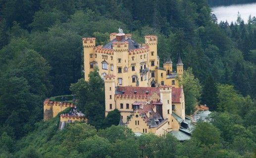 вид на замок Хоэншвангау в Баварии фото