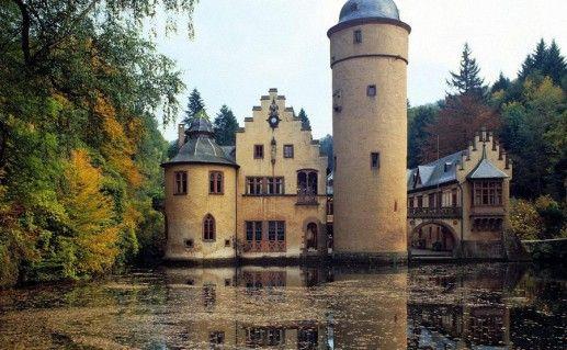 фото замка Меспельбрунн в Баварии