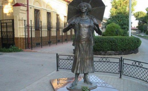 Фтография памятник Фаине Раневской в Таганроге