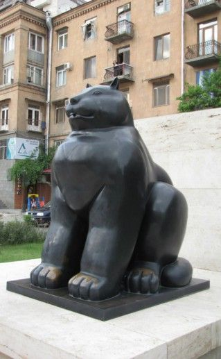 Скульптура «Чёрный кот» в Ереване фото