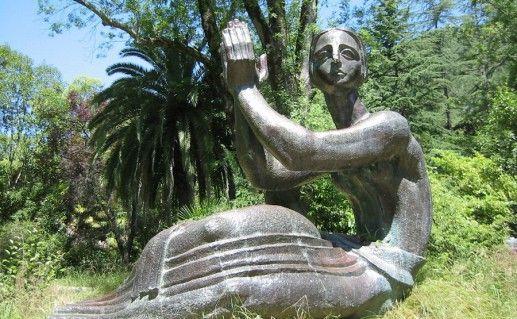 фото гагрской скульптуры Медея