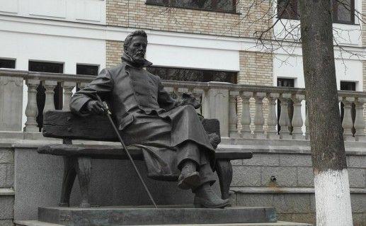 фото памятника Чехову в Звенигороде