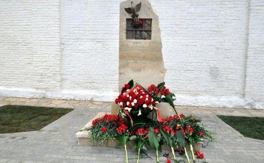 фото памятника жертвам политических репрессий в Свияжске