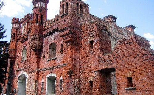 фотография вида сбоку на Бресткую крепость