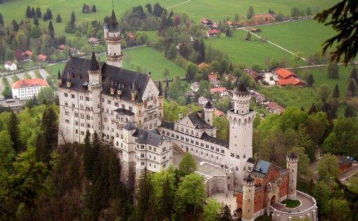вид сверху на замок Нойшванштайн в Баварии фотография