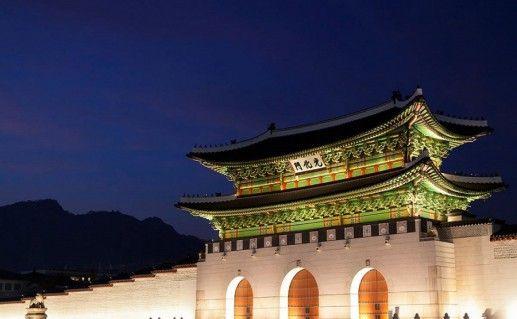 фотография ночного вида дворца Кенбоккун в Сеуле