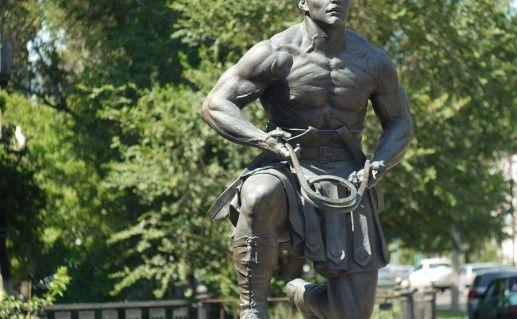 памятник Александру Зассу в Оренбурге фото