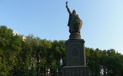 фото памятника князю Владимиру в Белгороде