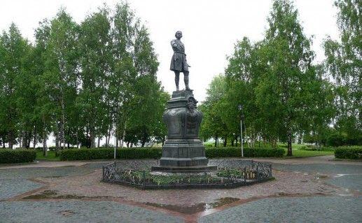 фотография памятника Петру Первому в Петрозаводске