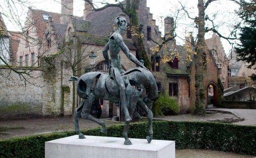 фото скульптуры Всадника Апокалипсиса в Брюгге