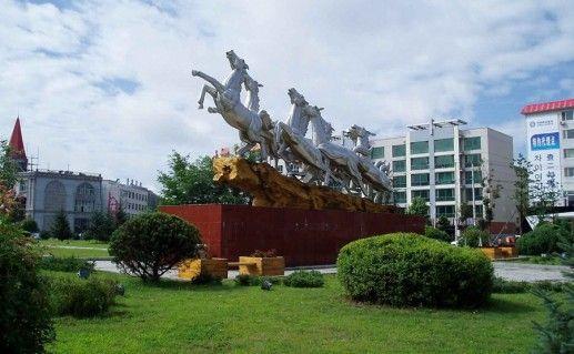 Памятник восьми лошадям фото