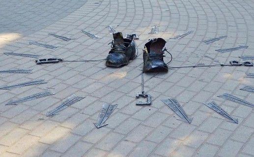 памятник ботинкам неизвестного дачника в Зеленогорске фото