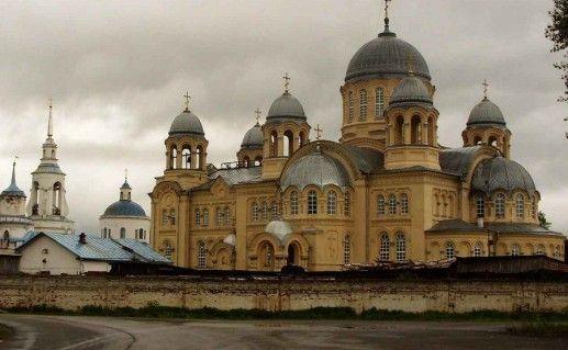 вид вблизи на свято-николаевский монастырь в Верхотурье фото