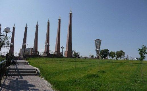 фотография вида издали на парк Независимости в Шымкенте