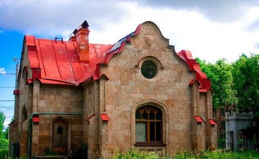 домик привратника в Стрельнинском Орловском парке фотография