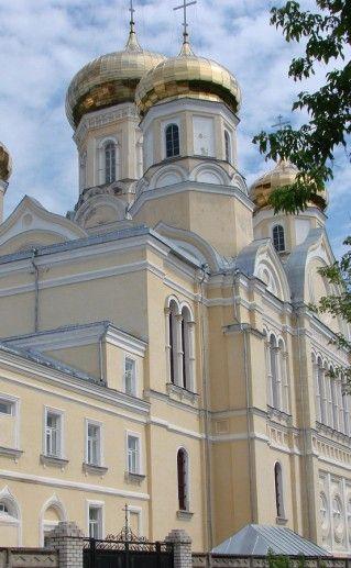 вид вблизи на Казанский женский монастырь в Вышнем Волочке фото