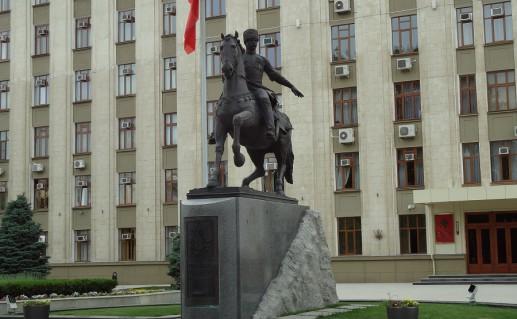 фотография памятника кубанскому казачеству в Краснодаре