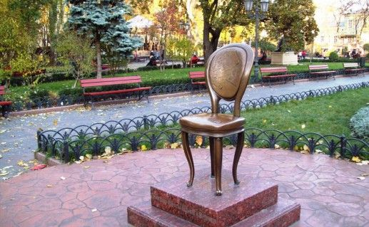 фотография памятника 12-му стулу в Одессе