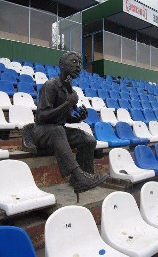 фотография томского памятника футбольному болельщику