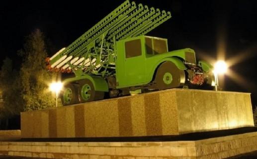 вид ночью на Оршанский памятник Катюша фото