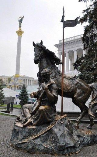 фото скульптуры Казак Мамай в Киеве