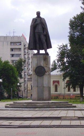 фотография памятника Нестерову в Нижнем Новгороде
