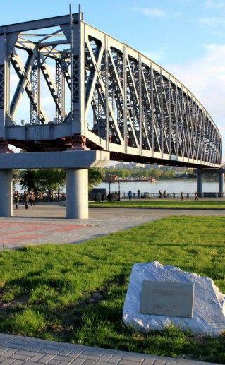 памятник первому мосту через Обь в Новосибирске фото