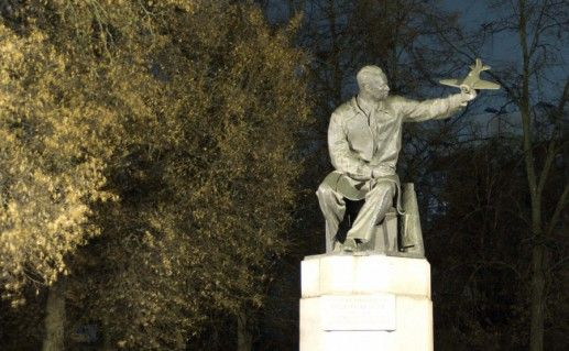 фотография памятника Поликарпову в Орле
