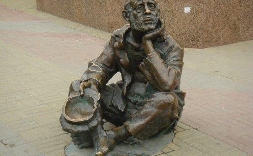 фото памятника профессиональному нищему в Челябинске