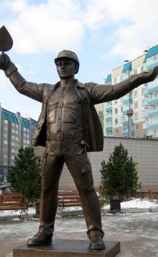 фото памятника строителю в Красноярске