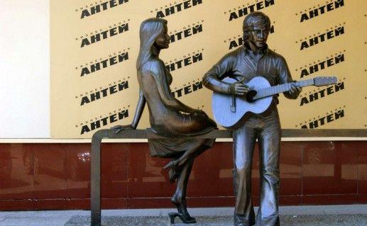 фото памятника Высоцкому и Влади в Екатеринбурге