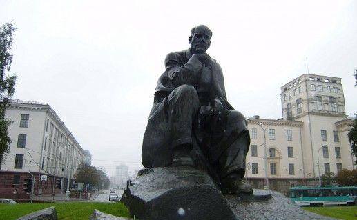 фото памятника Якубу Коласу в Минске
