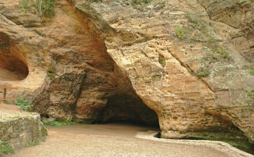 фото входа в пещеру Гутманя в Сигулде