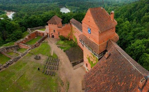 вид сверху на Турайдский замок в Сигулде фото