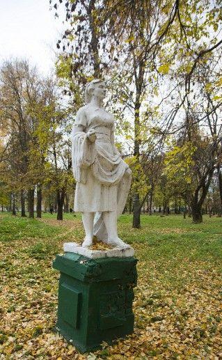 тутаевская скульптура Девушка с шарфом фото