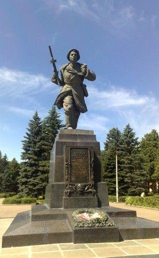 фото памятника Матросову в Великих Луках