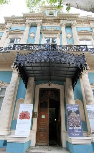 фотография входа в музей западного и восточного искусства в Одессе