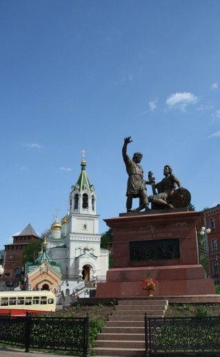 фотография вида издали на памятник Минину и Подарскому в Нижнем Новгороде