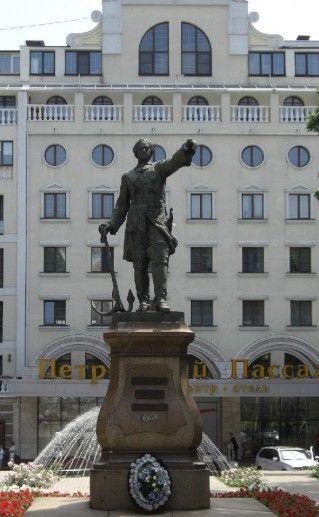 фотография вида издали на памятник Петру Первому в Воронеже