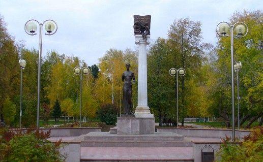 фотография вида издали на памятник студенчеству в Томске