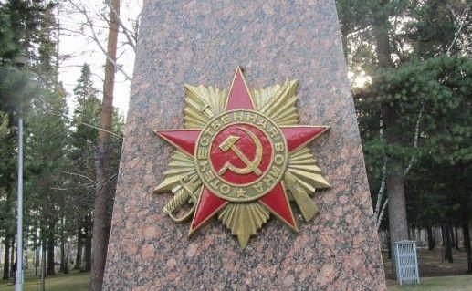 фотография вида сбоку на мемориал боевой славы в Томске