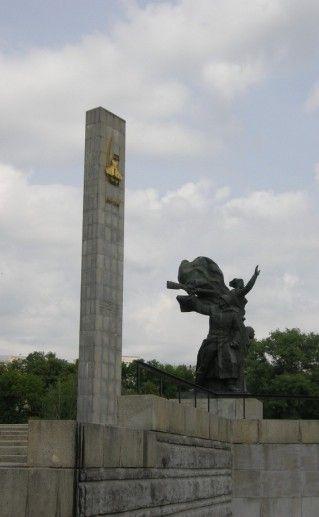 фотография вида сбоку на обелиск 400-летия Орла